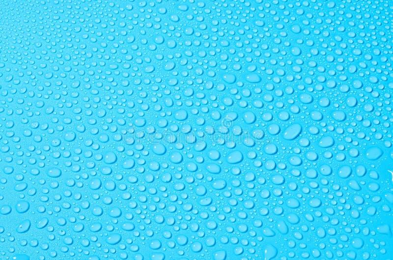 Различные падения воды на голубой предпосылке, конце вверх стоковые изображения