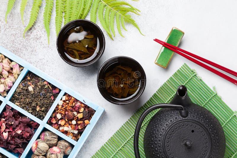 Различные палочки чая, чайника и суш Японский комплект еды стоковое фото rf