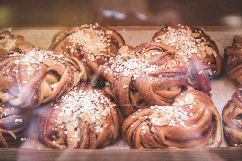 Различные печь плюшки на витрине в супермаркете или пекарне стоковое фото
