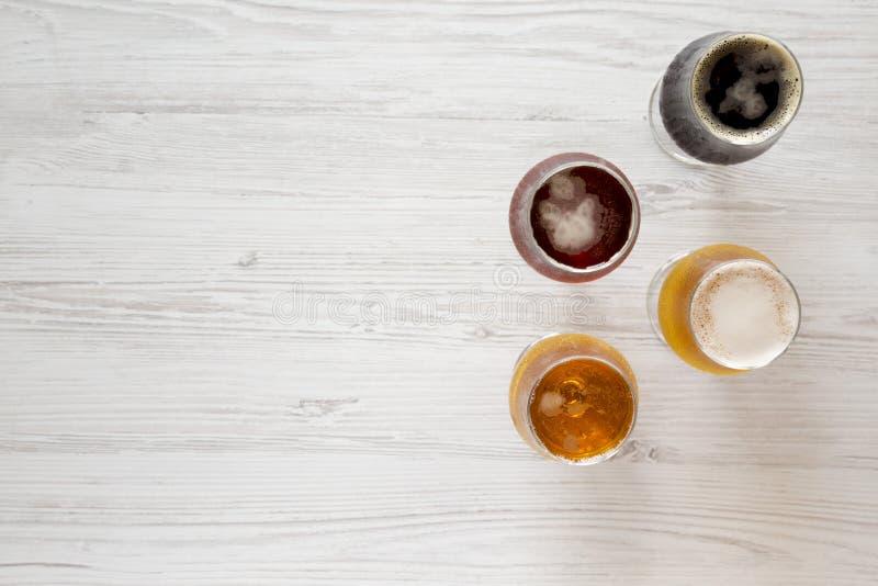Различные пив на белой деревянной предпосылке, взгляде сверху r   стоковые фото