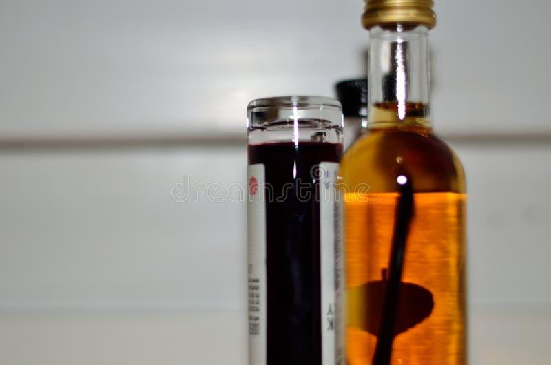 Различные покрашенные жидкости в различных бутылках положенных совместно стоковое фото
