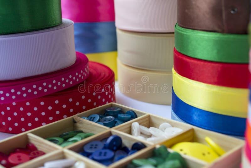 Различные покрашенные ленты с одеждами застегивают в деревянной коробке дальше C стоковые фотографии rf