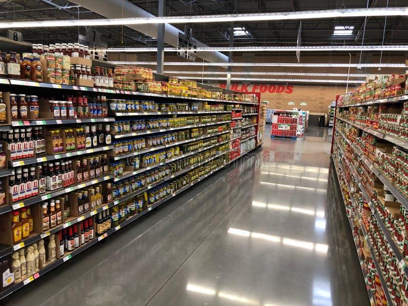 Различные продукты в проходе в супермаркете стоковые изображения