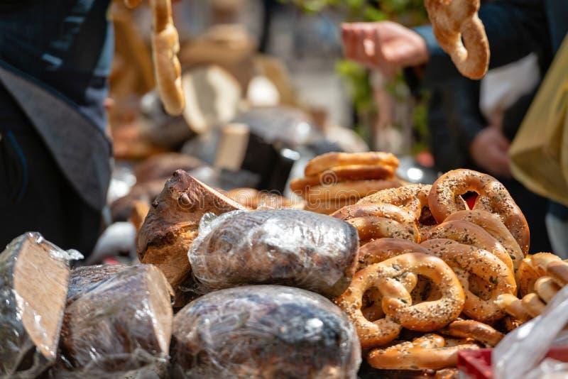 Различные продукты хлеба на таблице в магазине стоковые изображения