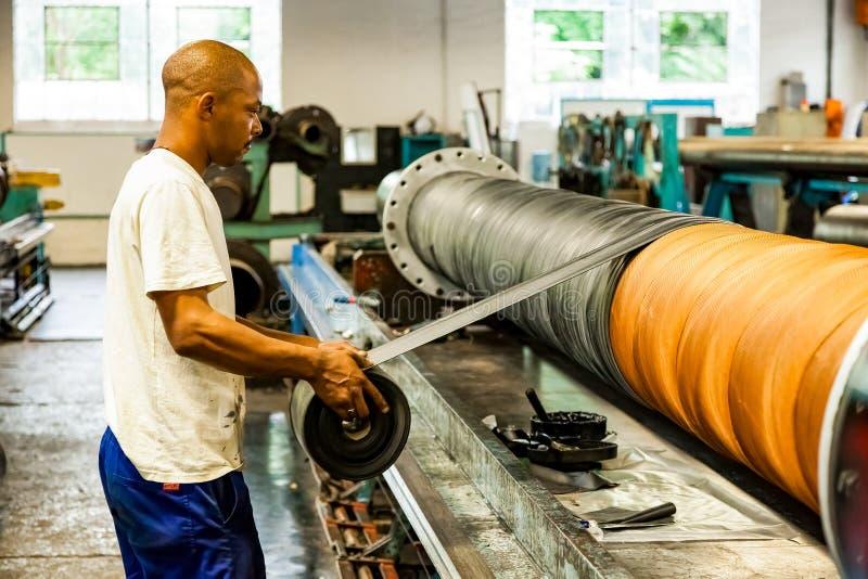 Рабочий у конвейера заводоуковского элеватора