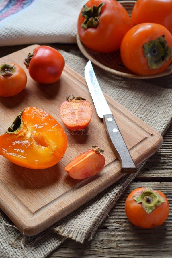 Различные разнообразия хурм на деревянной предпосылке Очень вкусная зрелая оранжевая хурма fruits органическо скопируйте космос с стоковые изображения