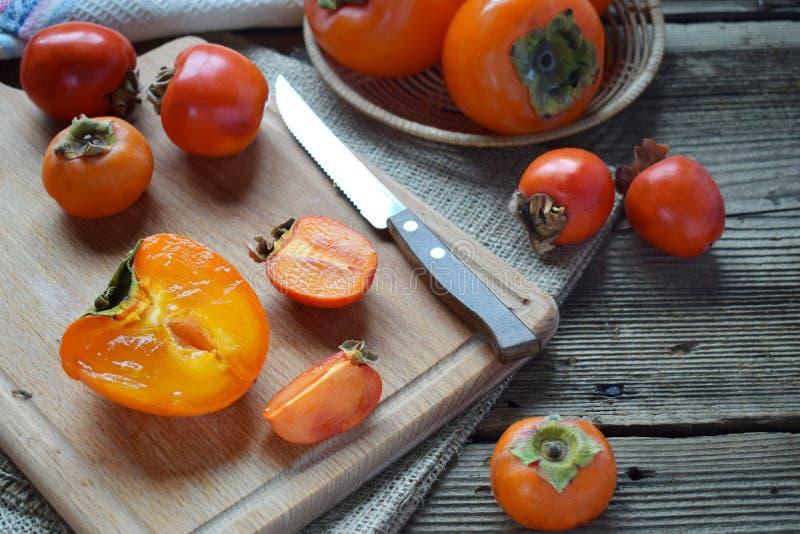 Различные разнообразия хурм на деревянной предпосылке Очень вкусная зрелая оранжевая хурма fruits органическо скопируйте космос с стоковые фотографии rf