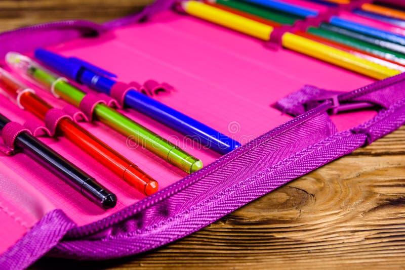 Различные ручки, карандаши и ножницы канцелярских принадлежностей школы в розовой коробке карандаша стоковое фото