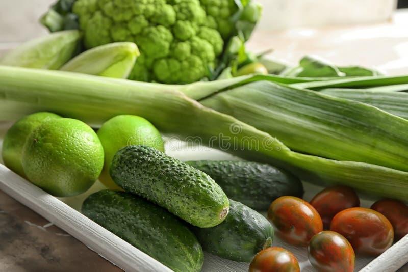 Различные свежие овощи на подносе, крупном плане стоковые изображения rf