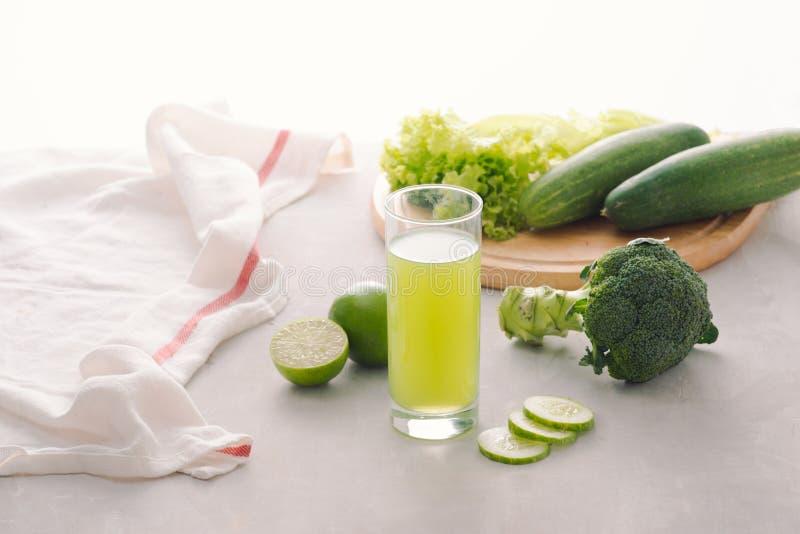 Различные свежо сжиманные овощные соки для голодать стоковые изображения