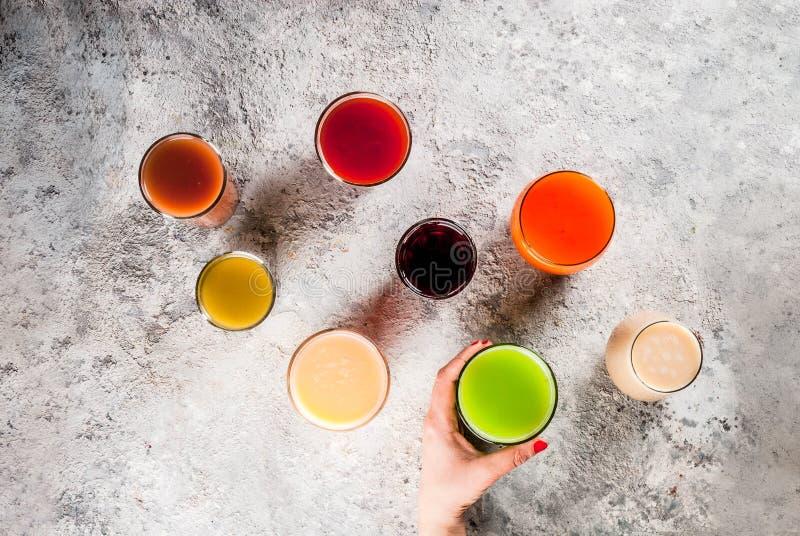 Различные соки и smoothies стоковые изображения rf