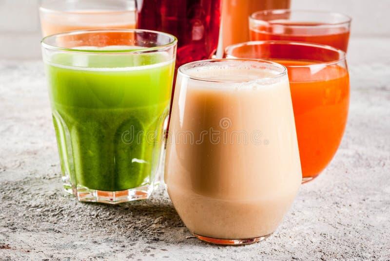 Различные соки и smoothies стоковая фотография rf