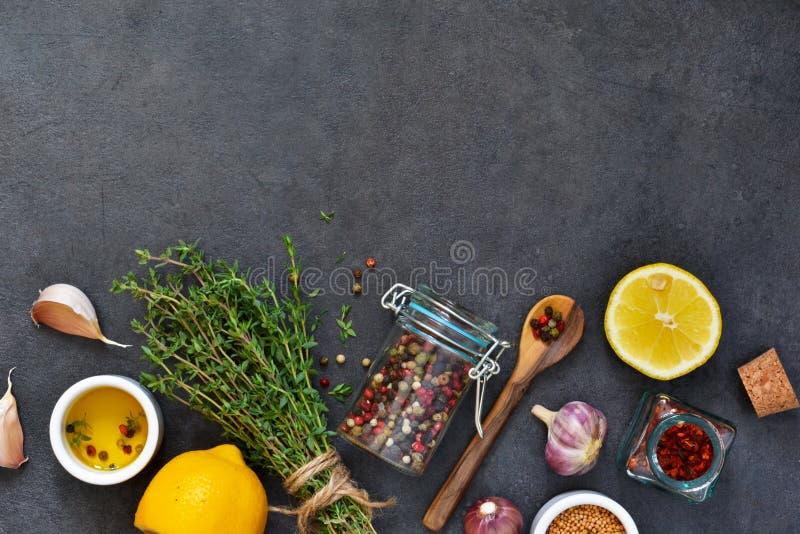 Различные специи для маринада: розмариновое масло, тимиан, перец, чеснок стоковые изображения
