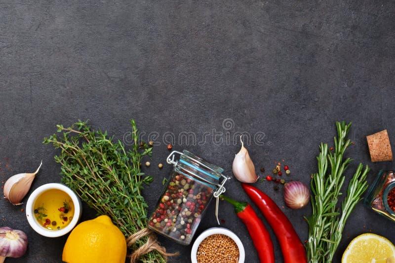 Различные специи для маринада: розмариновое масло, тимиан, перец, чеснок стоковые фотографии rf