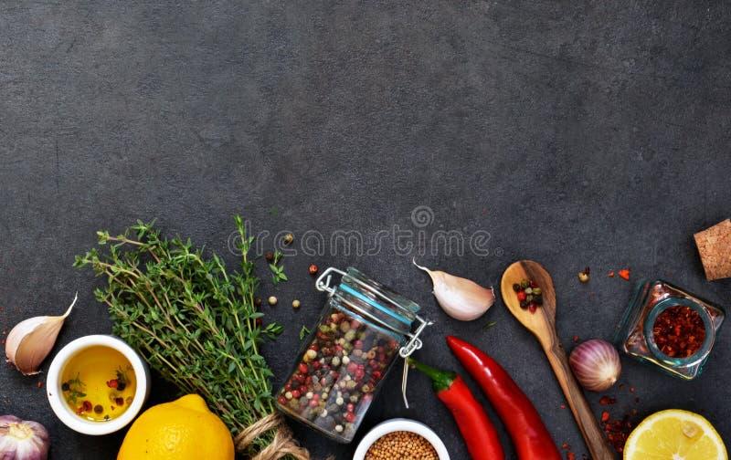 Различные специи для маринада: розмариновое масло, тимиан, перец, чеснок стоковые фото