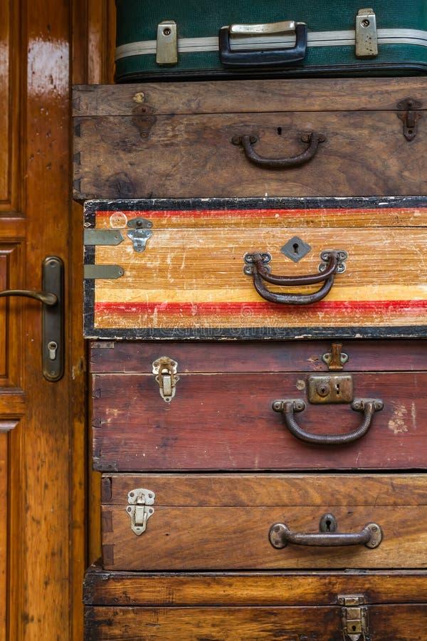 Различные старые модельные деревянные чемоданы в антикварном магазине стоковая фотография