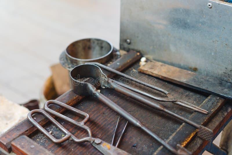 Различные стеклянные дуя старые инструменты, близкий взгляд стоковое изображение