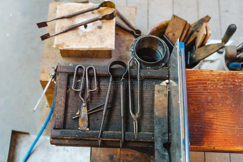 Различные стеклянные дуя старые инструменты, близкий взгляд стоковое изображение rf
