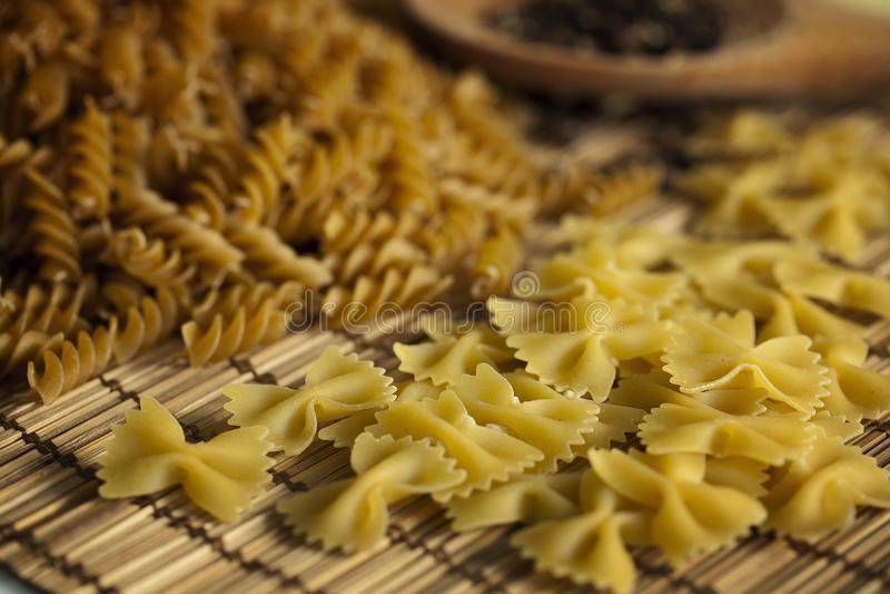 Различные типы макаронных изделий на таблице Итальянка, меню closeup стоковое изображение