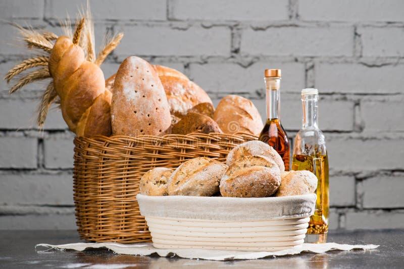 Различные типы свежего хлеба в корзине, традиционном круге ar стоковые изображения