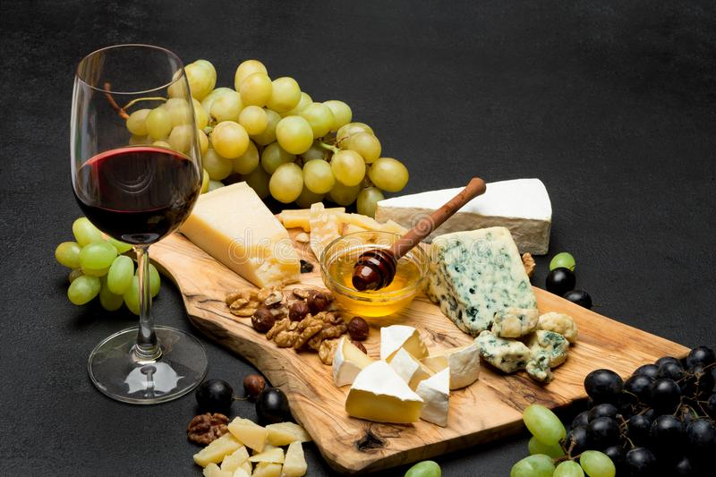 Различные типы сыра - бри, камамбера, рокфора и чеддера и вина стоковое изображение rf