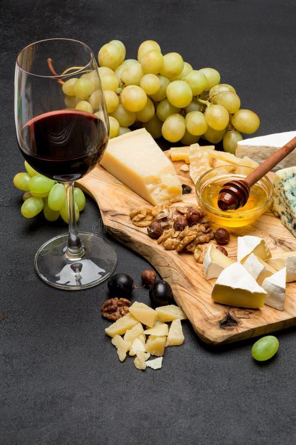 Различные типы сыра - бри, камамбера, рокфора и чеддера и вина стоковые изображения rf