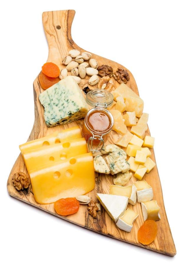 Различные типы сыра - бри, камамбера, рокфора и чеддера на деревянной доске стоковое фото rf