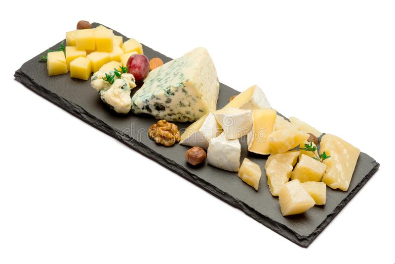 Различные типы сыра - бри, камамбера, рокфора и чеддера на каменной доске стоковые изображения