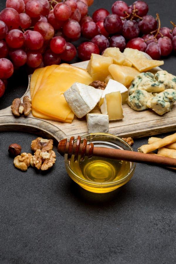 Различные типы сыра - бри, камамбера, рокфора и чеддера стоковые изображения