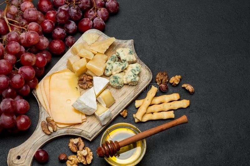 Различные типы сыра - бри, камамбера, рокфора и чеддера стоковая фотография rf