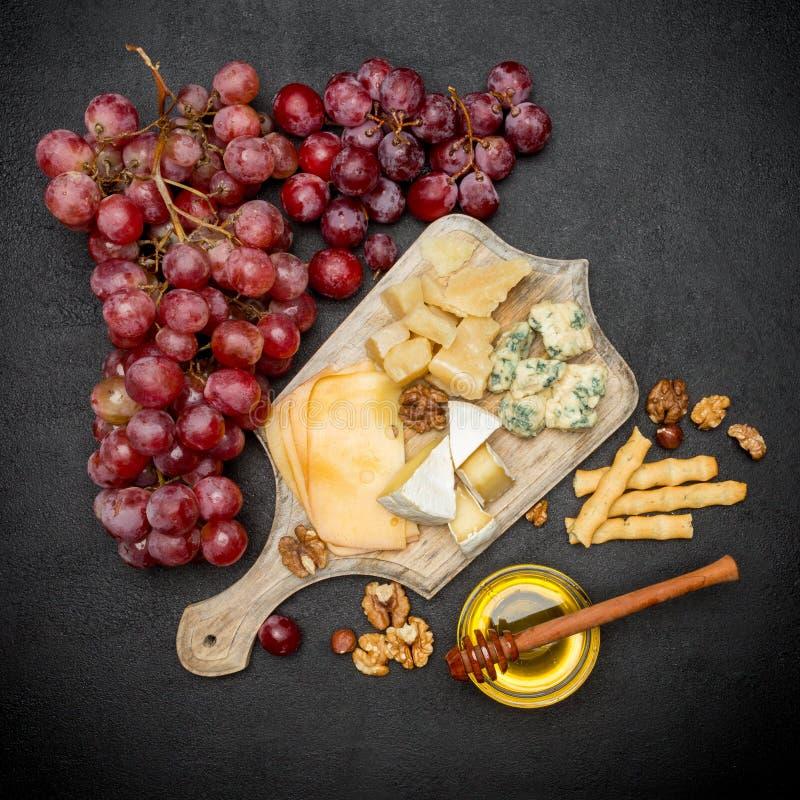 Различные типы сыра - бри, камамбера, рокфора и чеддера стоковые изображения rf
