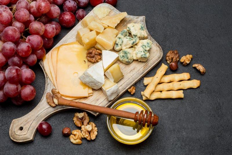Различные типы сыра - бри, камамбера, рокфора и чеддера стоковая фотография