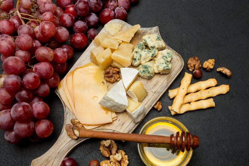 Различные типы сыра - бри, камамбера, рокфора и чеддера стоковое изображение rf