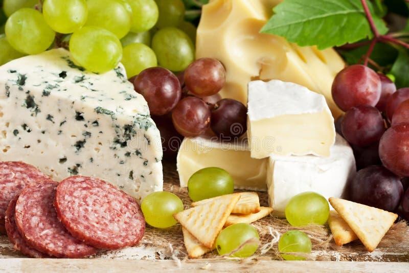 Различные типы сыра и плодов стоковое изображение
