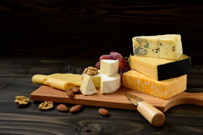 Различные типы сыра на деревенской таблице стоковое фото rf
