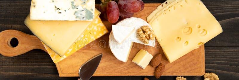 Различные типы сыра на деревенской таблице стоковое изображение rf
