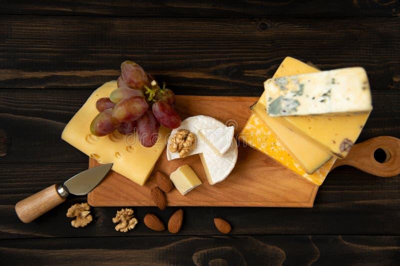Различные типы сыра на деревенской таблице стоковые фотографии rf