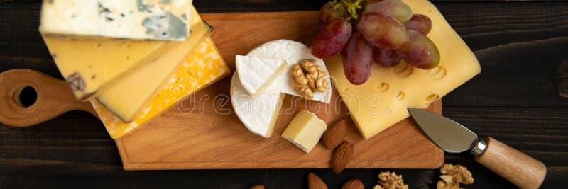 Различные типы сыра на деревенской таблице стоковые фото