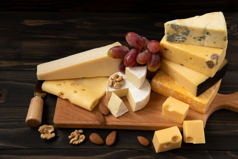 Различные типы сыра на деревенской таблице стоковая фотография rf