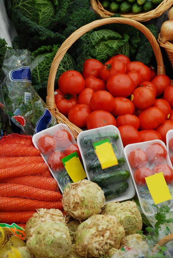 различные экологические овощи таблицы рынка стоковое изображение