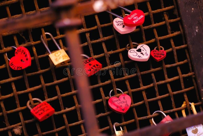 Различные padlocks свадьбы на улице стоковое фото rf