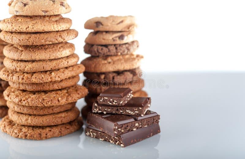 Различные shortbread, печенья овса, печенье обломока шоколада и части шоколада с семенами и гайками стоковая фотография