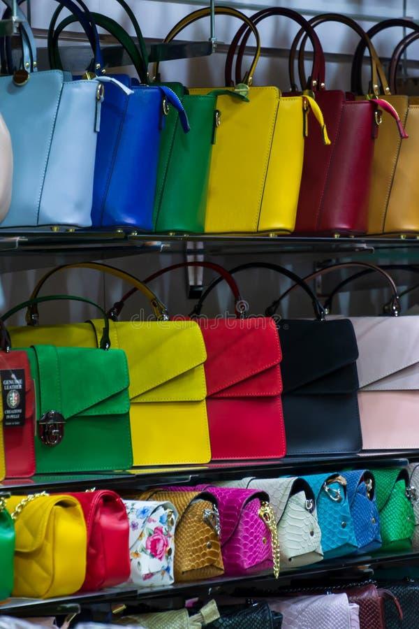 Различный вид цветов кожаных сумок портмона красочных живых продавая в итальянском магазине рынка стоковая фотография