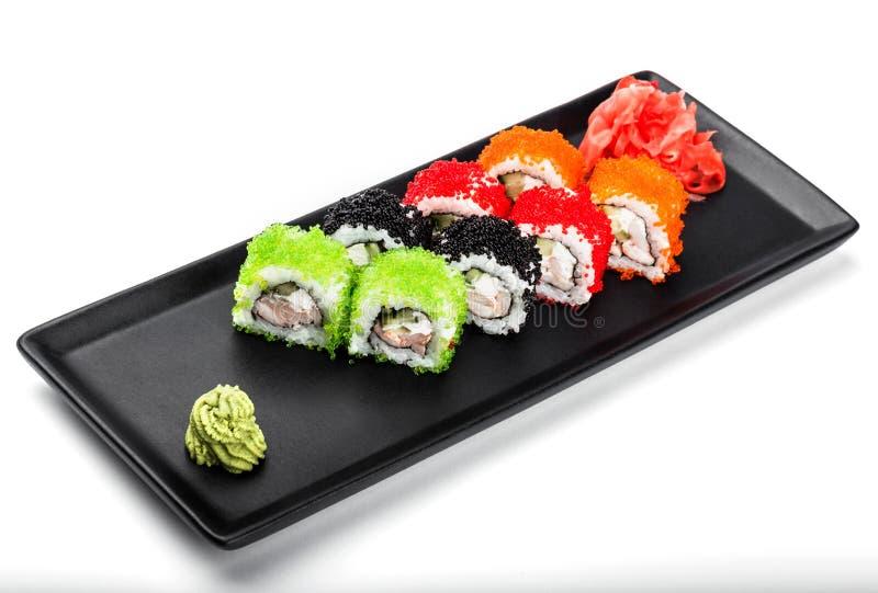 Различный крена суш - суш Maki с зеленой, красной и черной икрой, мясом краба, огурцом, авокадоом стоковое изображение