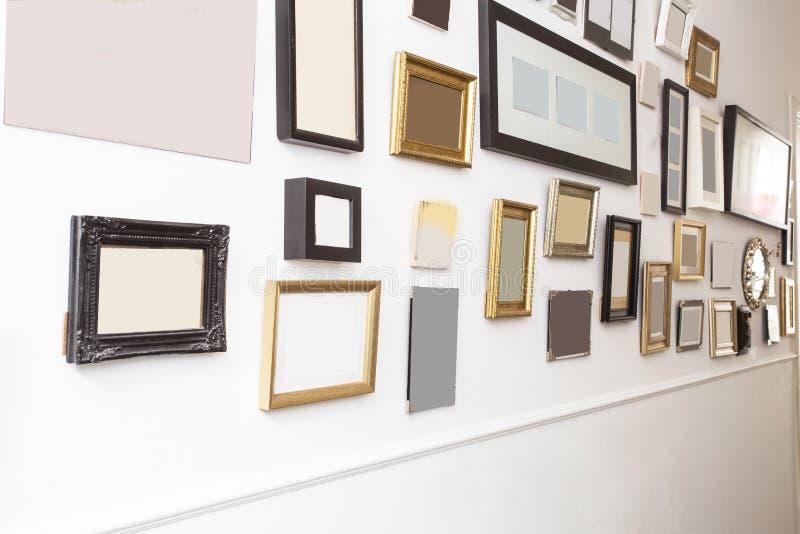 Различный много пустые небольшие картинные рамки на белой стене, винтажный ретро дизайн стоковые фото