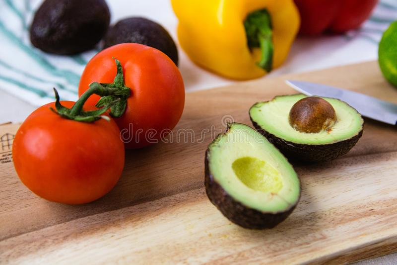 Различный овощ на деревянной разделочной доске стоковое фото rf