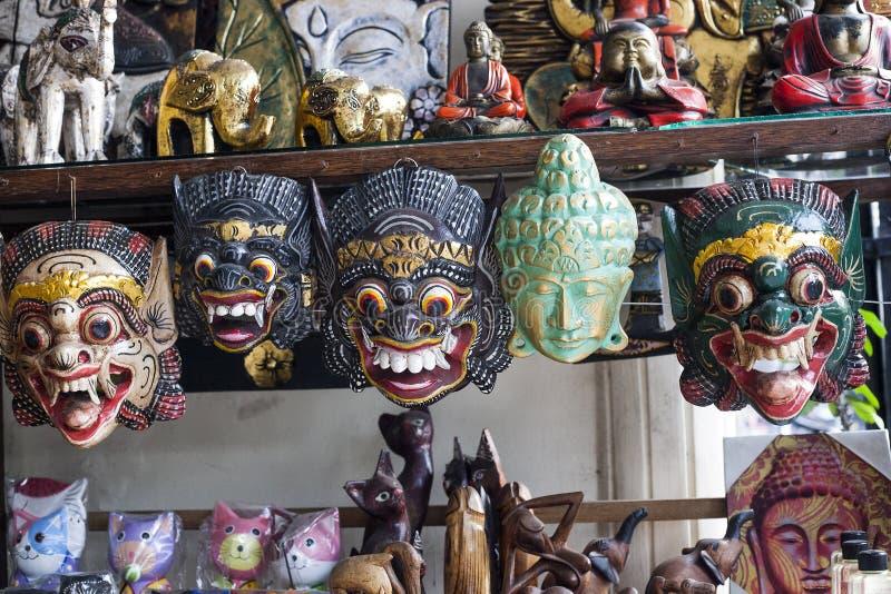 Различный покрасил деревянные маски в сувенирном магазине, Бали стоковые фотографии rf