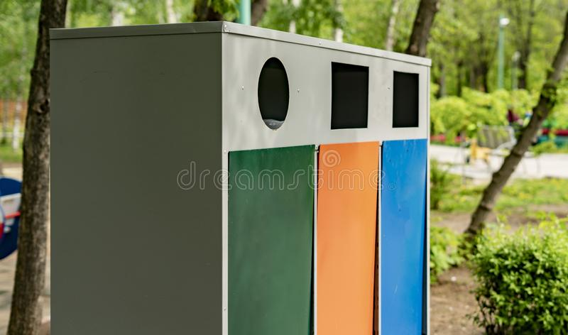 3 различных красочных мусорные ведра металла или контейнера, отброс сортируя и повторно используя концепции стоковое фото rf