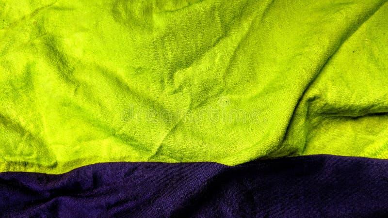 2 различных покрашенных ткани желтого цвета и пурпура иллюстрация штока