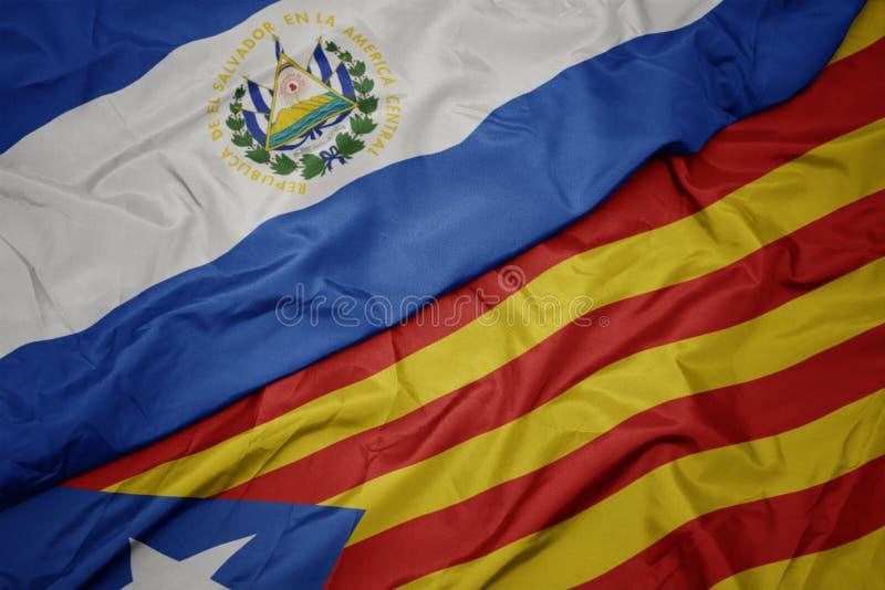 размахивая красочным флагом каталонии и национальным флагом Эль-Сальвадор стоковые фото